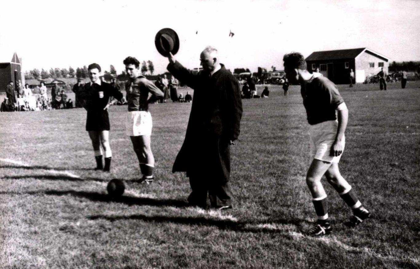 Opening voetbalveld aan de Korenweg (1954)